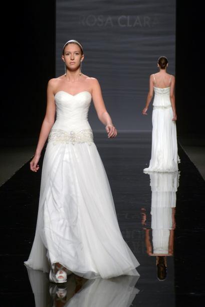 CANCION: Es un vestido 'strapless' de tul bordado con canesú de tul bord...