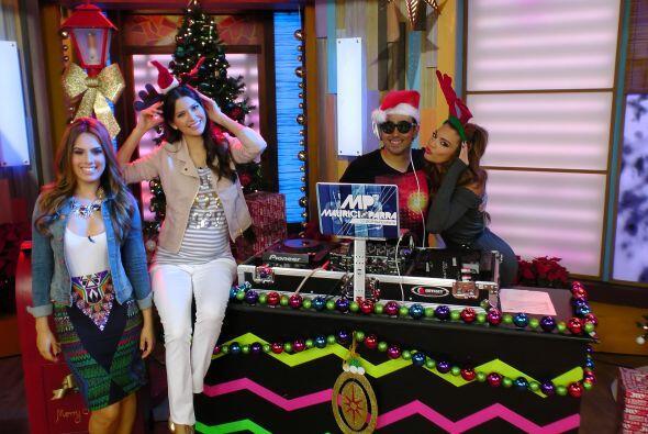 Nuestras chicas estaban felices pues el espíritu navideño cada vez es má...