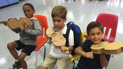Los estudiantes crean los instrumentos para familiarizarse con la música.