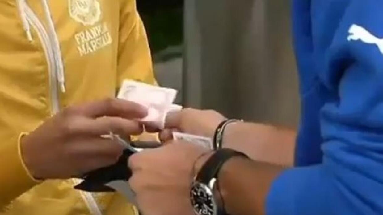 El arquero vendio las entradas en el hotel de concentración de su equipo.