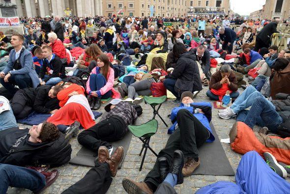 La mayoría de los que llegaron primero acamparon durante la noche al air...