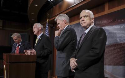 De izquierda a derecha, los senaodres Lindsey Graham, Ron Johnson, Bill...