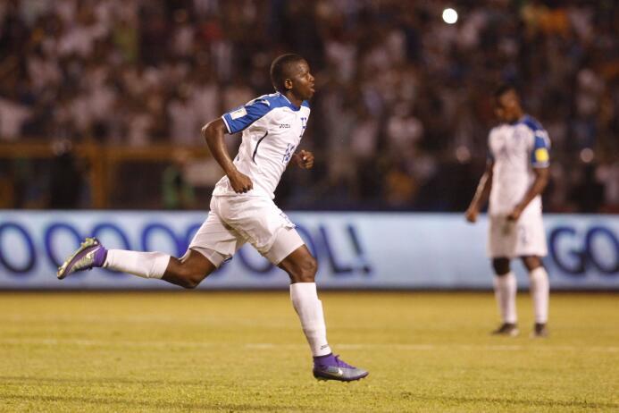 Boniek Garcia celebra tras anotar un gol para Honduras ante El Salvador...