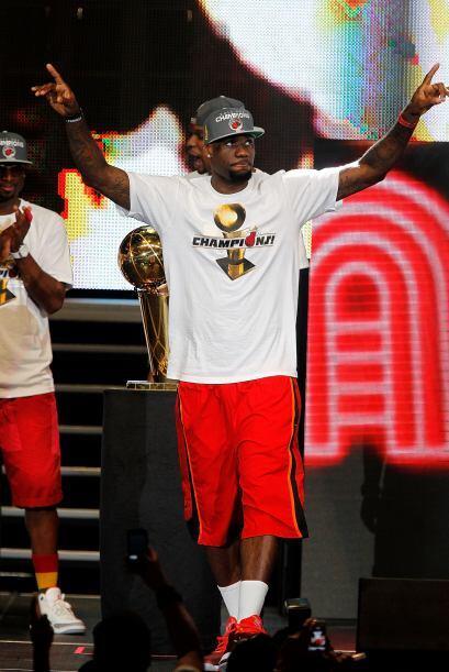LeBron complacía a los fanáticos, que se entregaron por completo al 'Rey'.