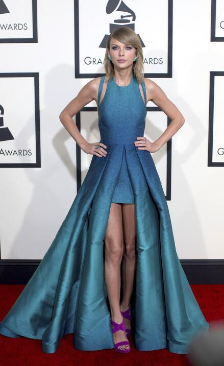Taylor Swift en la alfombra roja de la 57 entrega de los Grammy Awards e...
