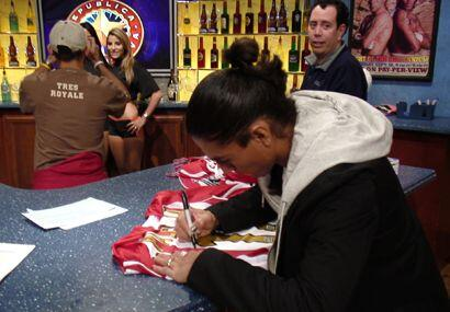 Palencia dejó firmada su playera de Chivas USA.