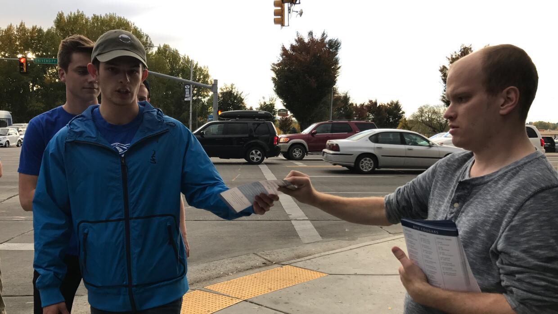 Michael Terence Worley reparte afiches en Provo, Utah, por el candidato...