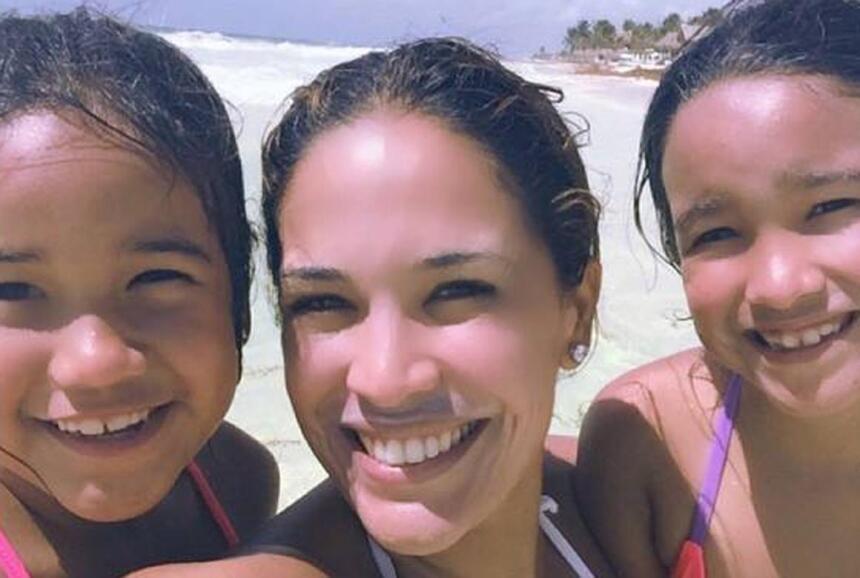 Karla Martínez vacaciona con sus hijas