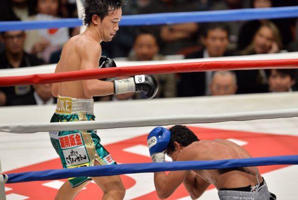 Ya en el octavo el japonés era dueño absoluto de la pelea y envió dos ve...