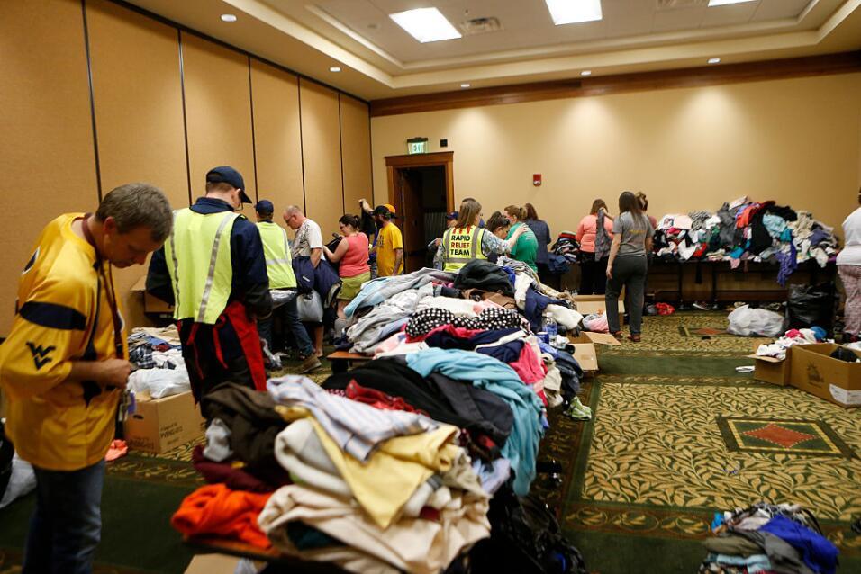 Un grupo de voluntarios colabora en la asistencia a miles de evacuados e...