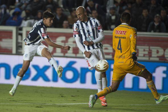 Erick Gutiérrez sacó un disparo cruzado de pierna zurda que se paseó cer...