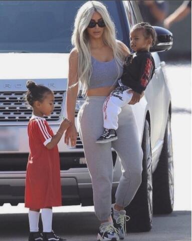Kim Kardashian con sus hijos