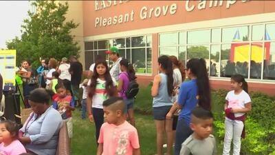 Familias hispanas reciben útiles escolares gratuitos para el regreso a clases