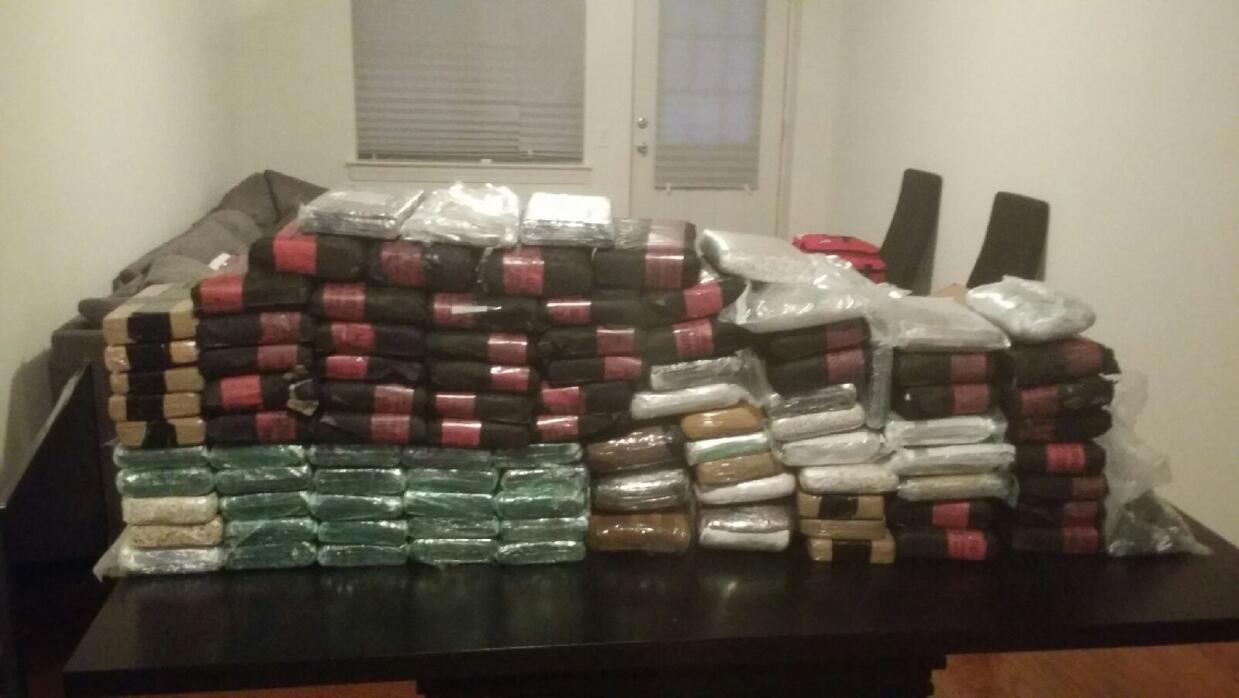 En total, 97 paquetes de droga fueron hallados en el apartamento de la p...