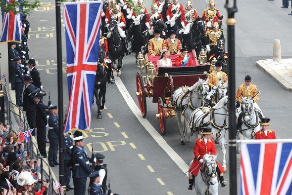 Una elegante Catherine Middleton caminó hasta el altar de la Abadía de W...