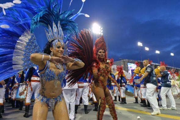 También desfilaron numerosos grupos bailando la cumbia, un aire musical...