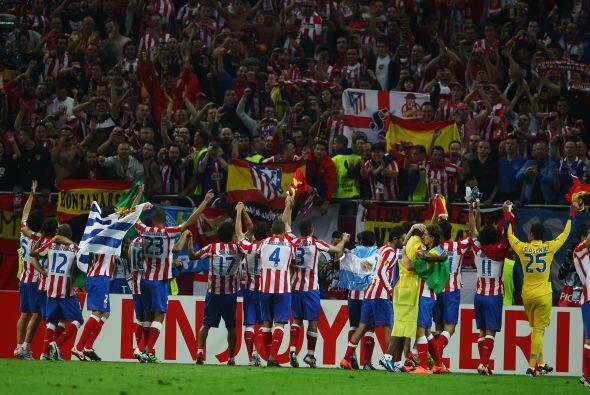 Al final todo los jugadores del 'Cholo' Simeone fueron a festejar ante s...