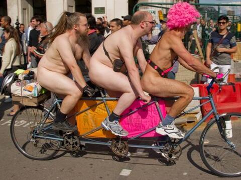 Ciclistas desnudos coparon las calles de varias ciudades del mundo en re...