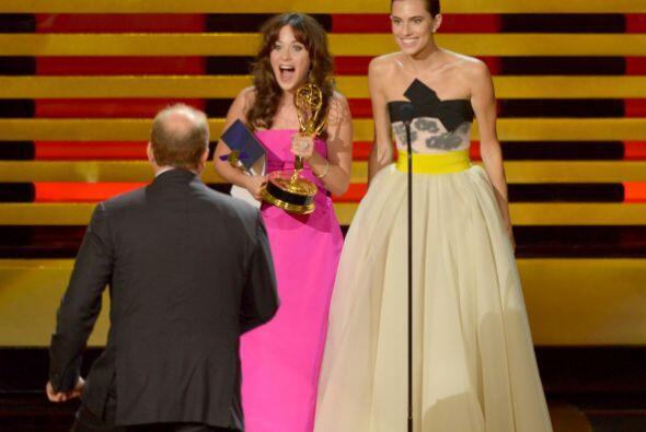 Zooey Deschanel y Allison Williams tuvieron de entregar el galardón a Lo...