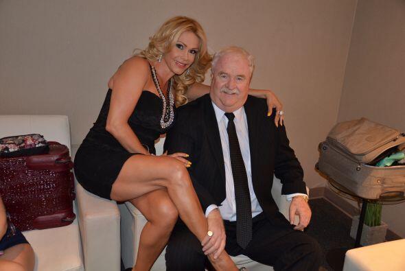 Joe siempre sonríe cuando tiene mujeres hermosas cerca. ¡Justo como Patty!