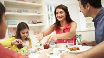Descubre por qué cenar en familia puede ayudar a mejorar tu calidad de v...