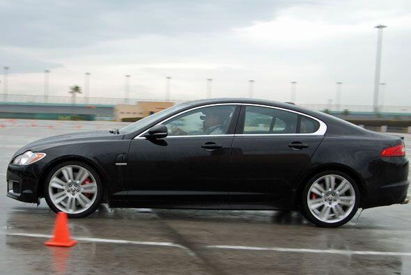Los instrucores de la Jaguar Performance Academy dan indicaciones muy pr...