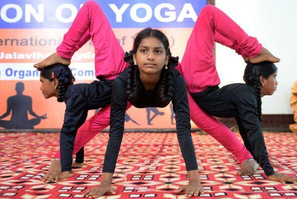 Joven india participa en una convención de yoga en Hyderabad.