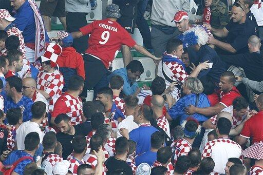 Los aficionados croatas protagonizaron peleas en las tribunas y lanzaron...