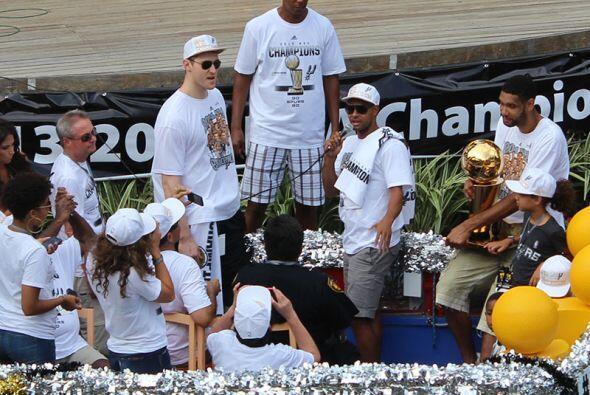 Photos: Spurs Championship Parade 2014