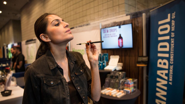 Una mujer fuma marihuana