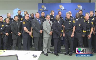 Entregan reconocimiento a policías de San Antonio