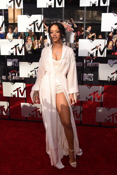 Rihanna fue la reina de la alfombra roja.  Mira aquí los videos más chis...