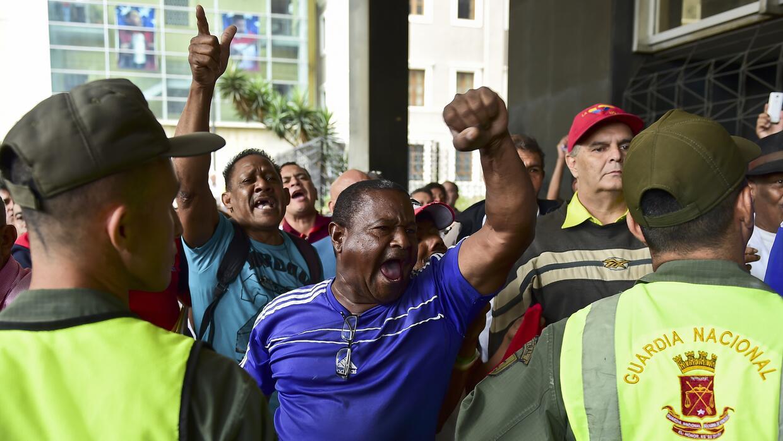 Protestas de chavistas este lunes en las oficinas del Congreso venezolano