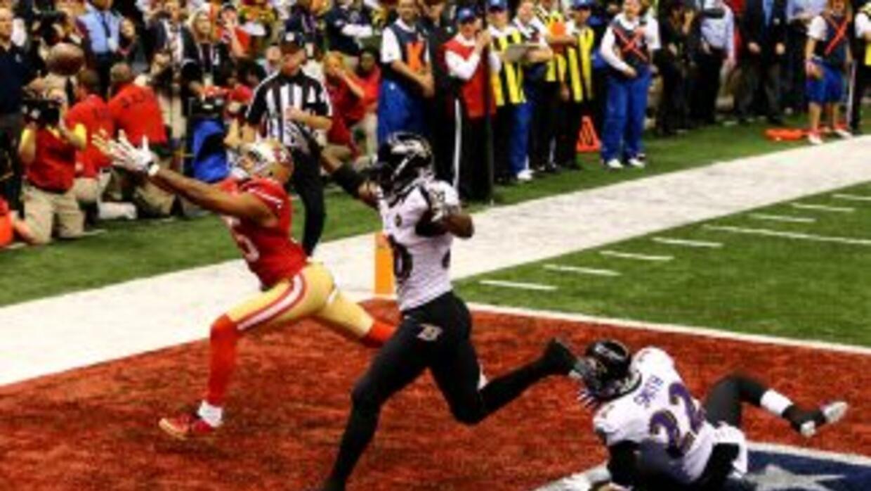 Jimmy Smith (22), esquinero de los Baltimore Ravens, terminó en el suelo...