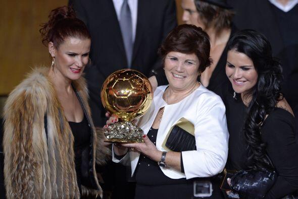 La madre de Cristiano, Dolores Aveiro, posó orgullosa con el trofeo de s...