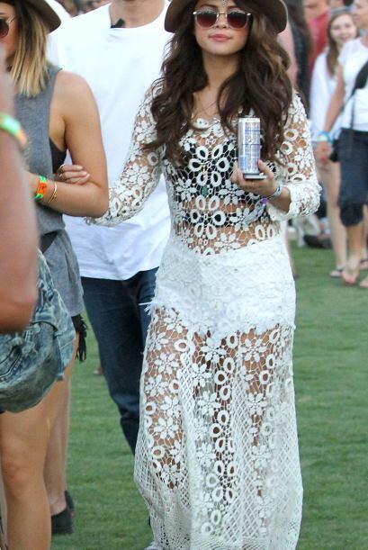 Selena Gomez se enfundó en blanco para el Coachella. Mira aquí más video...