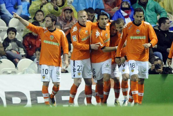 Valencia recibió el premio a su esfuerzo y tras gran jugada de Joaquín,...