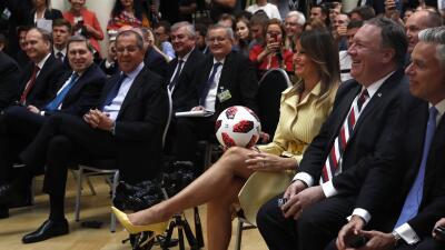 Melania Trump, con el balón del Mundial ofrecido por Putin a Trump.