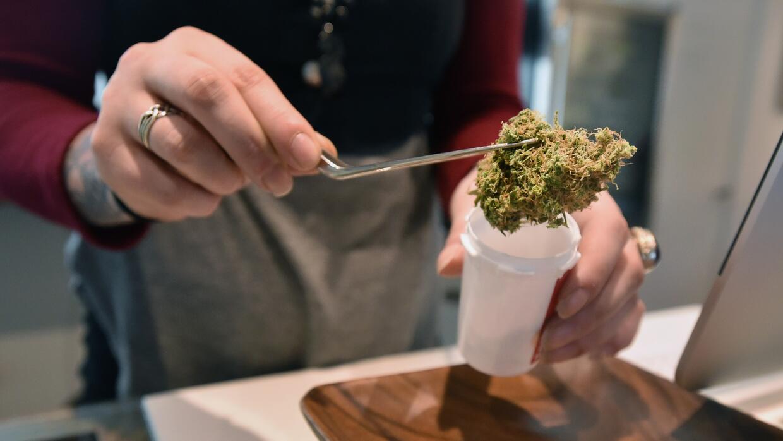 En Oregon sí es legal vender cantidades limitadas de marihuana a mayores...