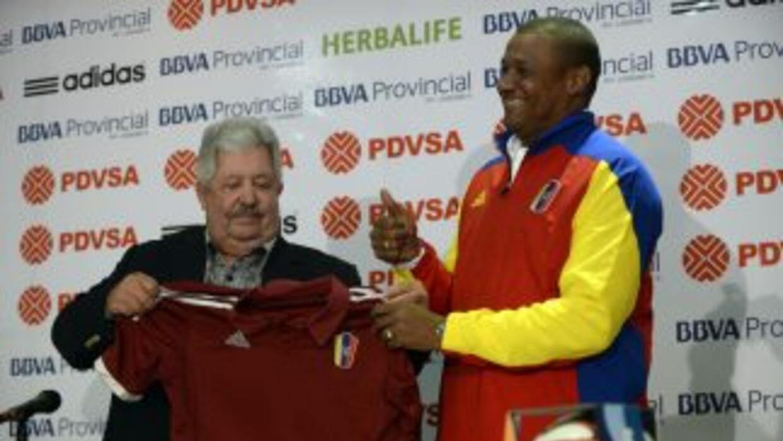 Rafael Esquivel, presidente de la Federación Venezolana de Fútbol, entre...