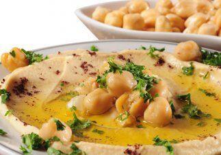El hummus ofrece no solamente sabor sino que además nos aporta muchos be...