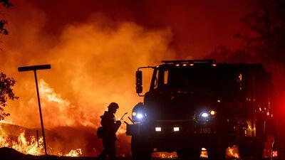 📷 En California, el fuego arrasa miles de acres y deja a su paso muerte y desalojos