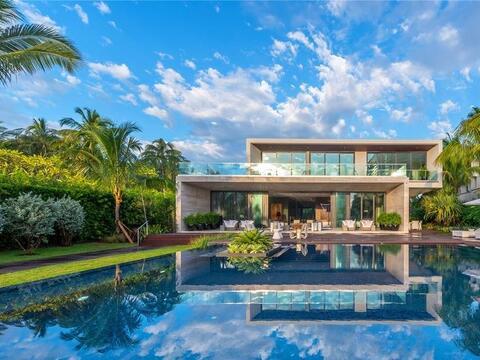 La mansión de 11,500 pies cuadrados está situada en la exc...