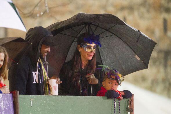 Les comenzó a llover y sacó su sombrilla.