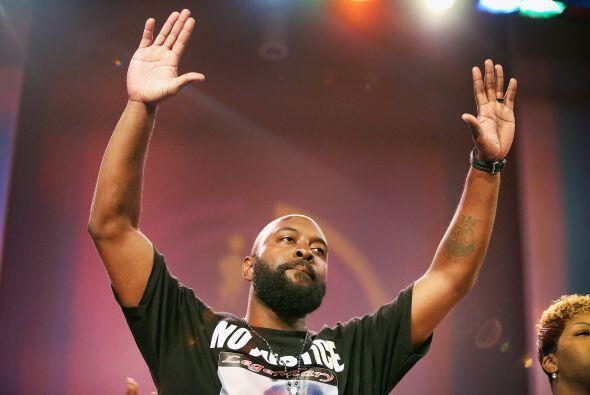 El padre de Michael Brown con las manos en alto, en señal de rendición,...