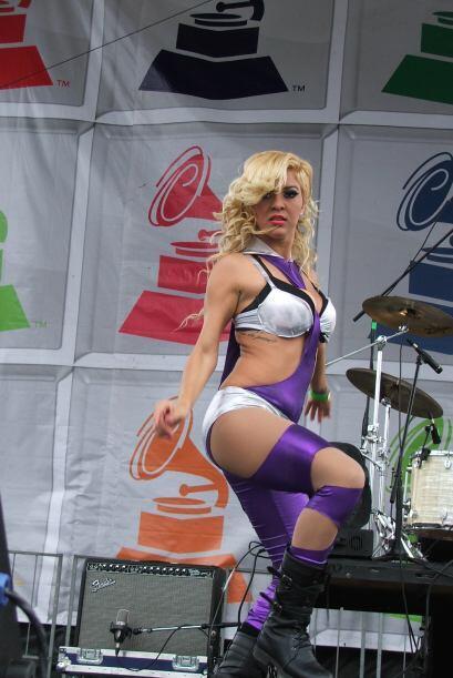 Mientras tanto, sus bailarinas mostraban sus más sexies movimientos.