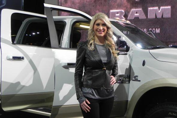 ¡El sueño de muchos! Una bella rubia junto a una camioneta RAM.