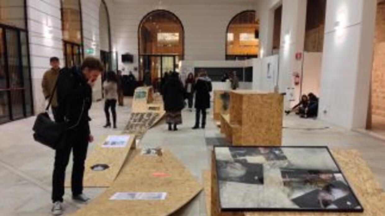 Fotografía de la exposición Display Mediating Landscape. Tomada de su si...