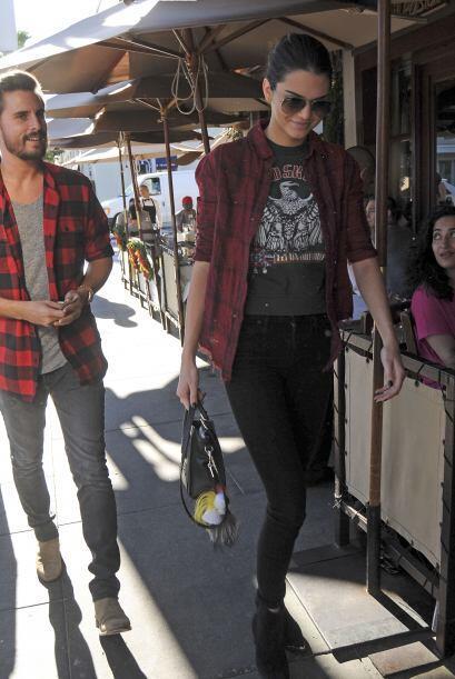 Un 'street style' con camisa estilo leñador, 'skinny jeans' y lentes par...