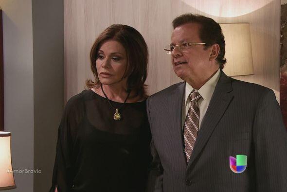 Amanda llega a casa de Dionisio, lo hace acompañada de Oswaldo Be...